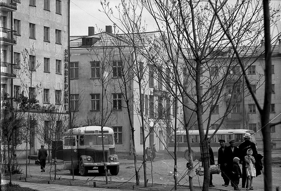 Автобусная остановка рядом с домами №11,13 и 15 по улице Советской. Напротив железнодорожного вокзала в городе Холмск.