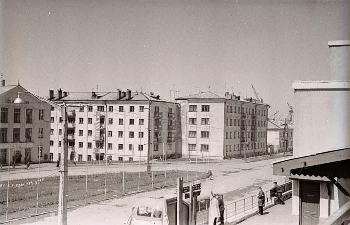 Видна часть здания железнодорожного вокзала и дома №13,15 и 17 по улице Советской. г. Холмск
