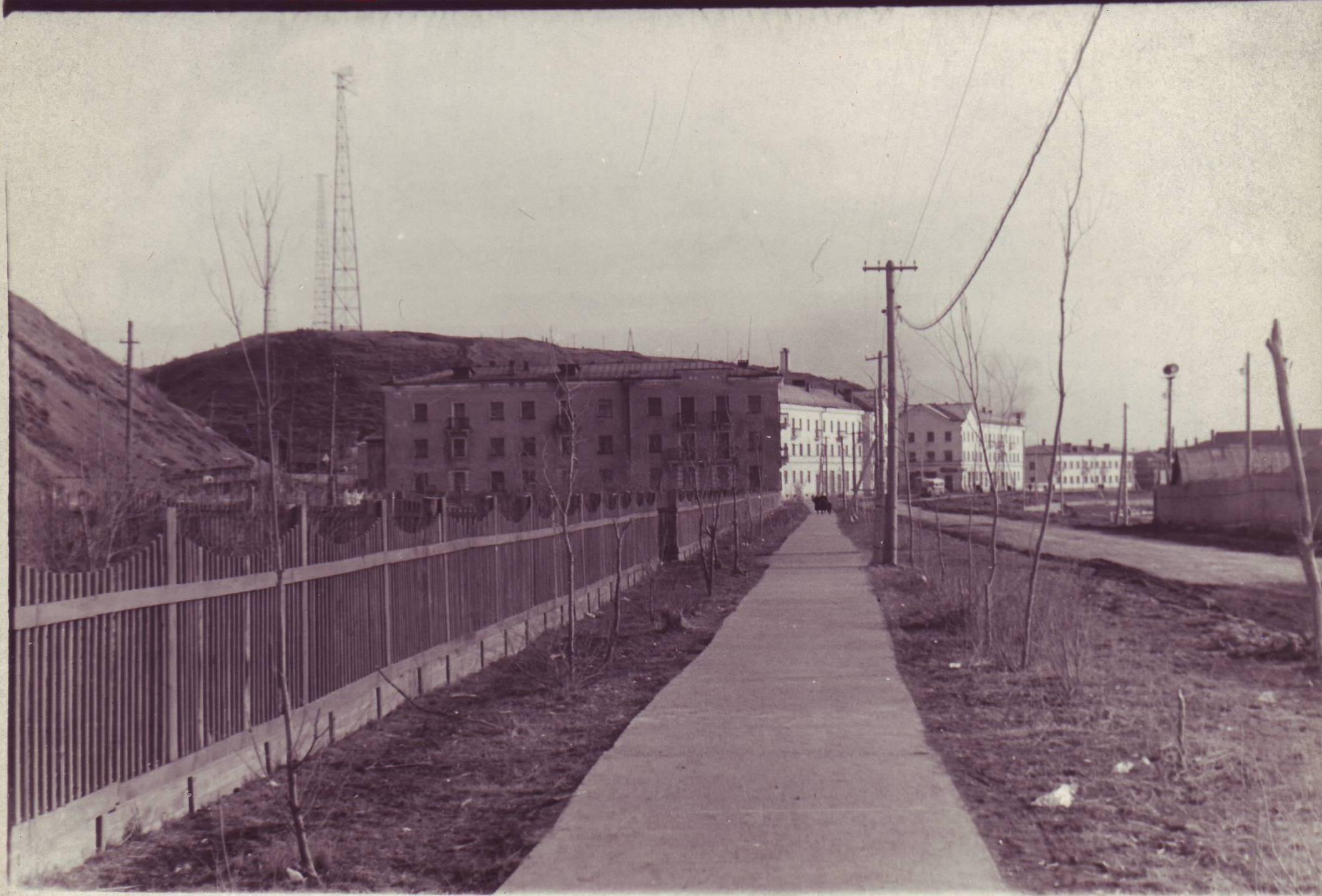 Улица Приморская, вдали виднеется дом №15. г. Углегорск