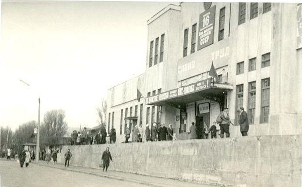 У здания железнодорожного вокзала г. Холмск