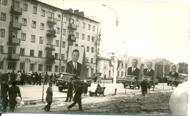 Праздничное шествие по улице Ленина. На заднем фоне жилой дом №242, в нем располагалось представительство 'Аэрофлот'.