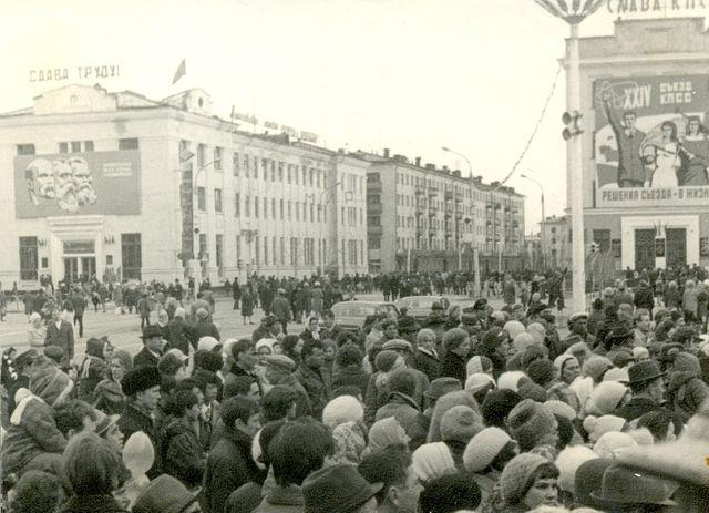 Праздник на площади Ленина. На заднем фоне здание Почтамта.