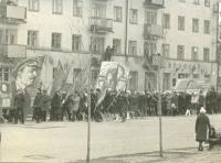 Праздничное шествие по улице Ленина. На заднем фоне жилой дом №242, в нем располагалось представительство 'Аэрофлот'