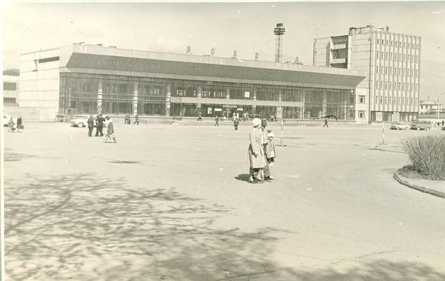 Привокзальная площадь и здание вокзала в городе Южно-Сахалинск