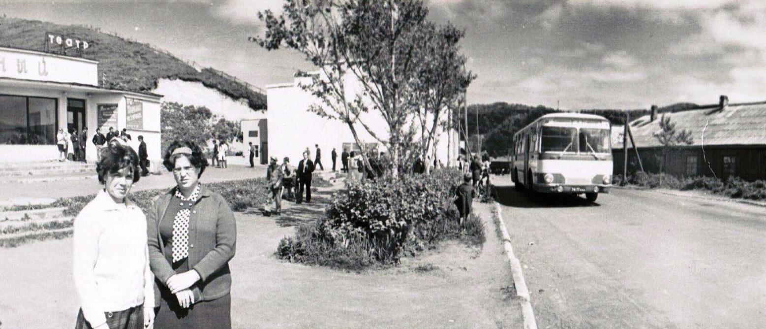Кинотеатр Юбилейный. Южный распадок. Торец здания ДЮСШ рядом стоял киоск Союзпечати. и была остановка автотранспорта даже момент запечатлён еще справа бараки стоят.