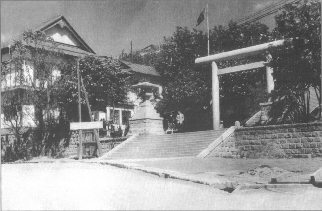 Здание Сахалинского морского пароходства с лестницей, ведущей к синтоистскому храму Маока дзинзя.