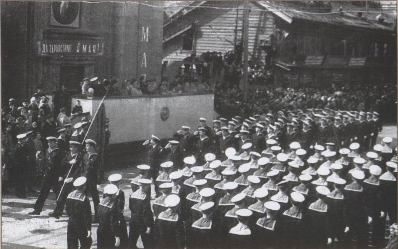 Первомайская демонстрация трудящихся г. Холмска. На переднем плане здание банк.