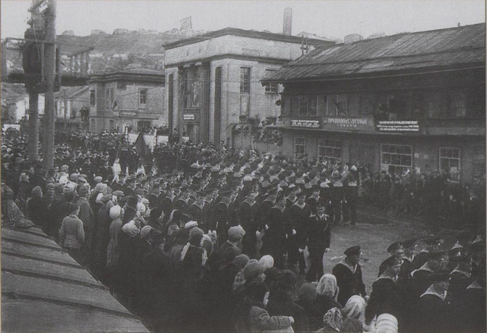 Первомайская демонстрация трудящихся г. Холмска. На заднем плане магазин и банк.