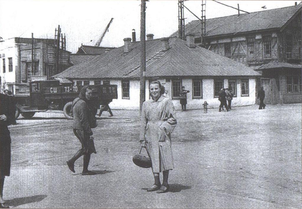 Улица Советская, слева въезд в Холмский морской торговый порт.