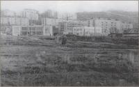 Площадь им. В.И. Ленина, ул. Школьная (слева здание юго-западных сетей, прямо пустырь место главпочтамта) г. Холмск