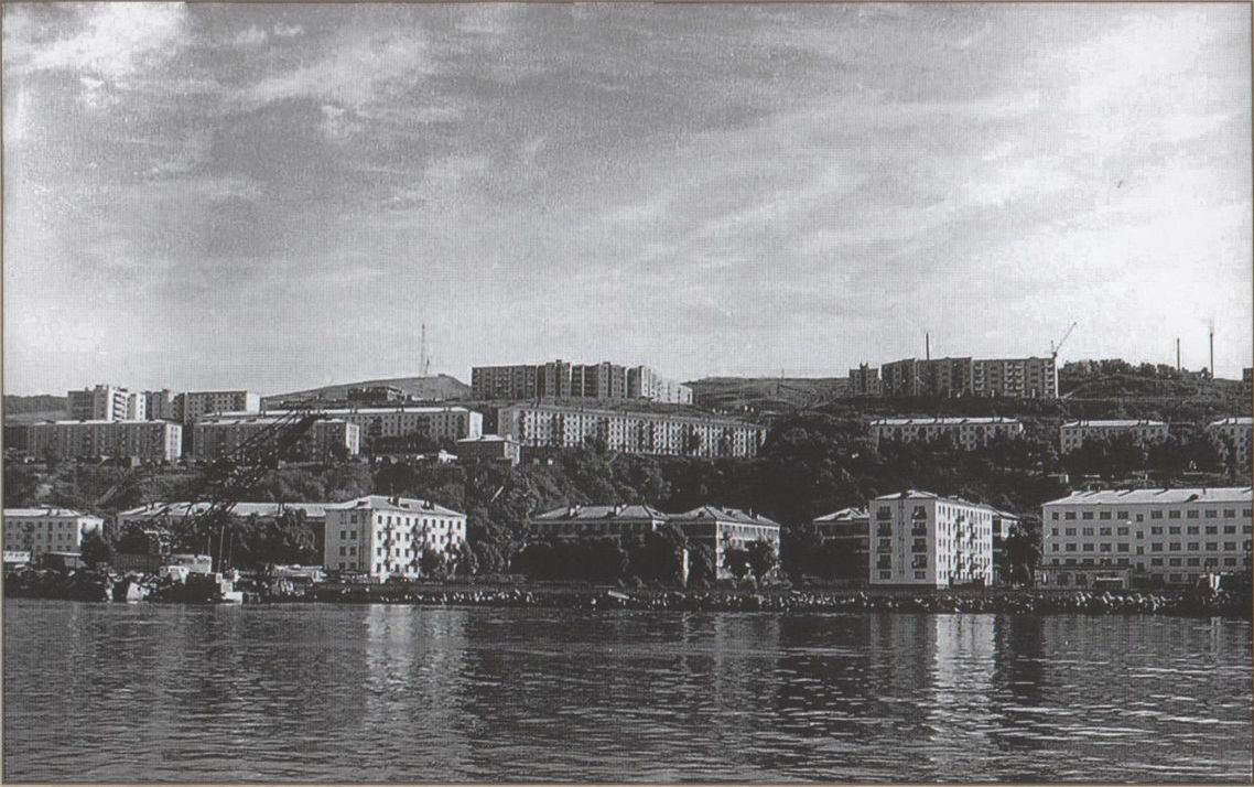 Панорама города Холмск с моря, видна площадь Мира.