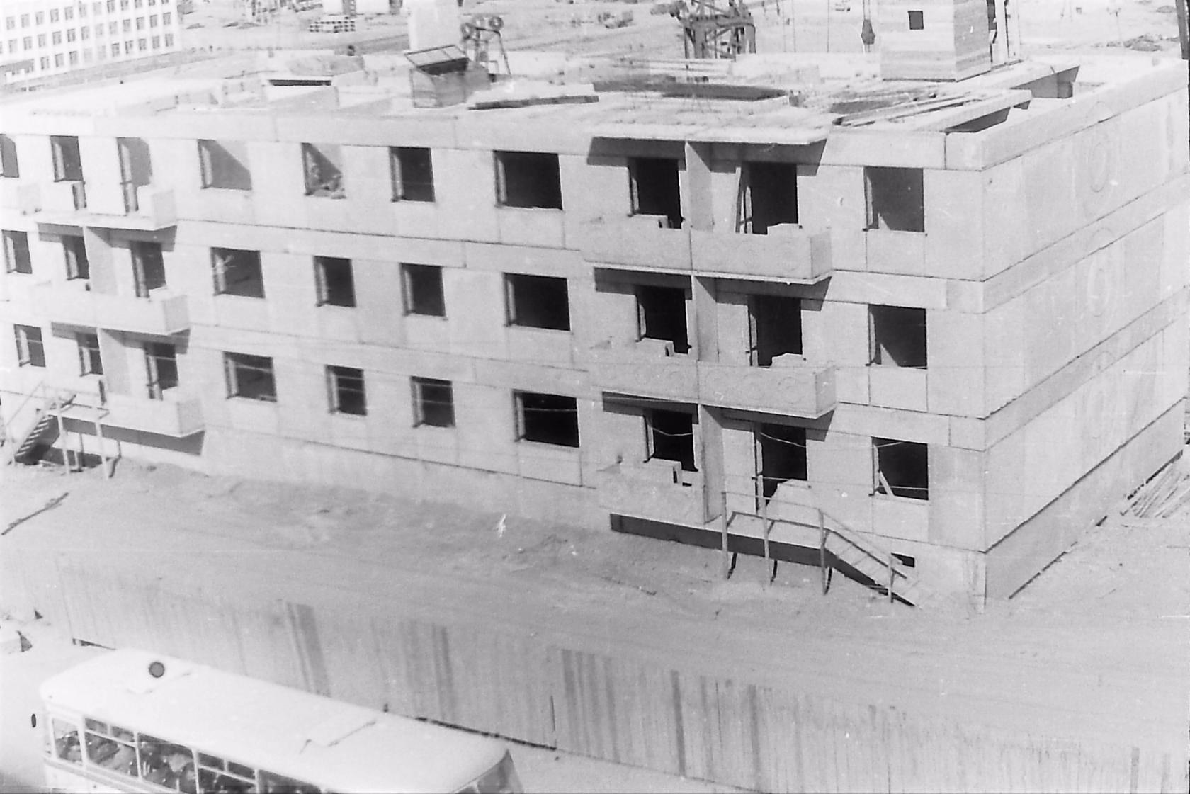Строительство жилого дома №18 по улице Советской. Слева видны окна школы №5 г. Оха