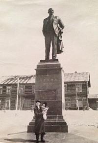 У памятника В.И. Ленину в Охе