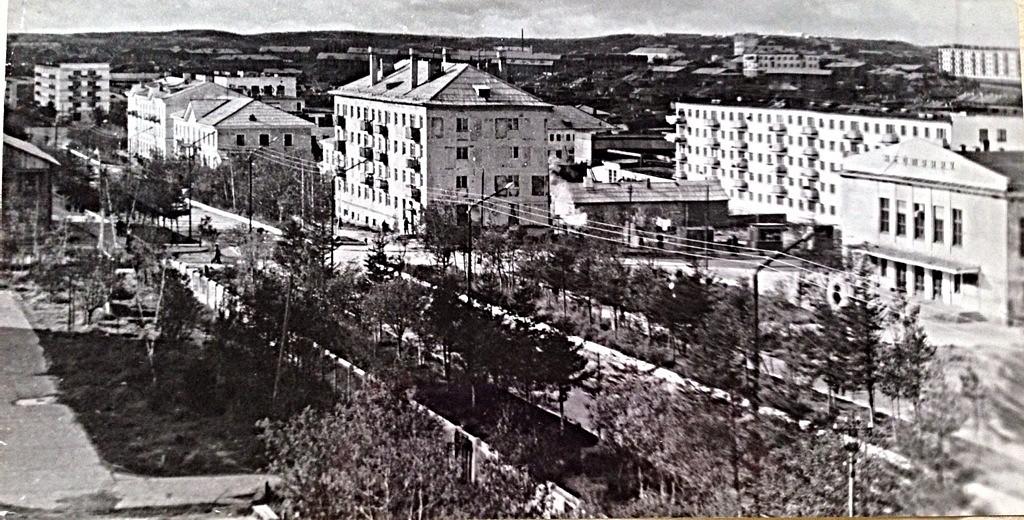 Улица Ленина, в центре дилой дом №23, справа кинотеатр Нефтяник г. Оха