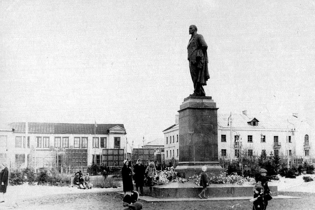 Памятник В.И. Ленину, на заднем фоне Первый магазин г. Оха