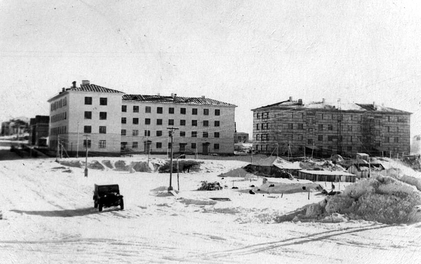 Фото сделано от входа в Горсад. Вид на ул. К.Маркса, Обком нефтегазпрофсоюза, общежитие №2 и Ленина 30 (выглядывает)