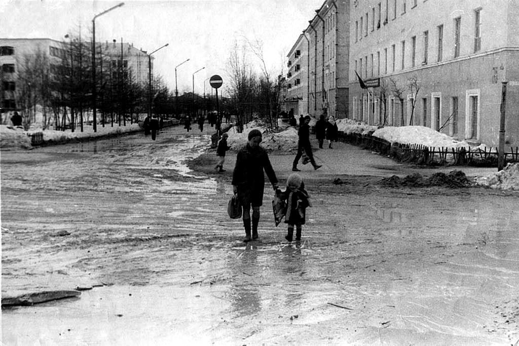 Перекресток ул.Ленина и ул.Карла Маркса. Справа здание обкома профсоюзов. Слева здание Сахалинморнефтегаза