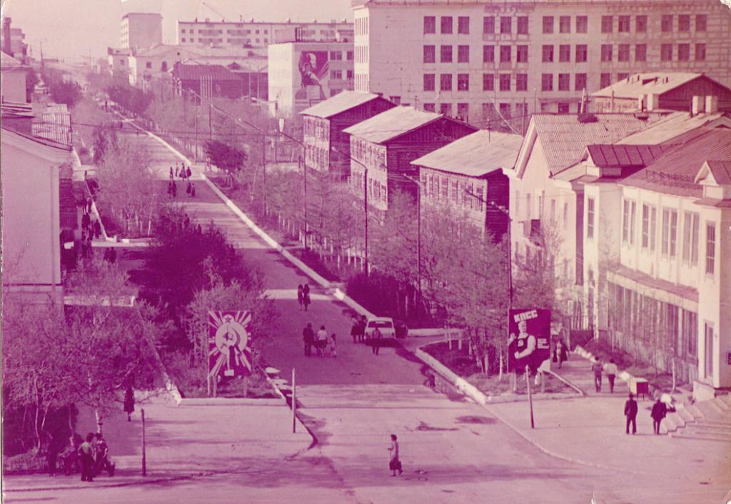 Улица Ленина, справа Магазин №1 г. Оха