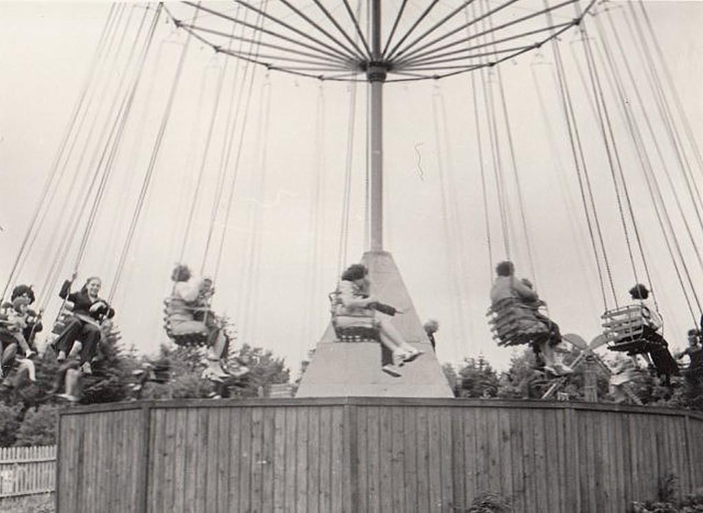 Карусель в городском парке г. Долинск