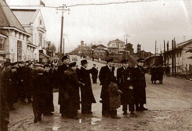 Формирование колонн праздничной демонстрации возле почтамта в г. Корсаков