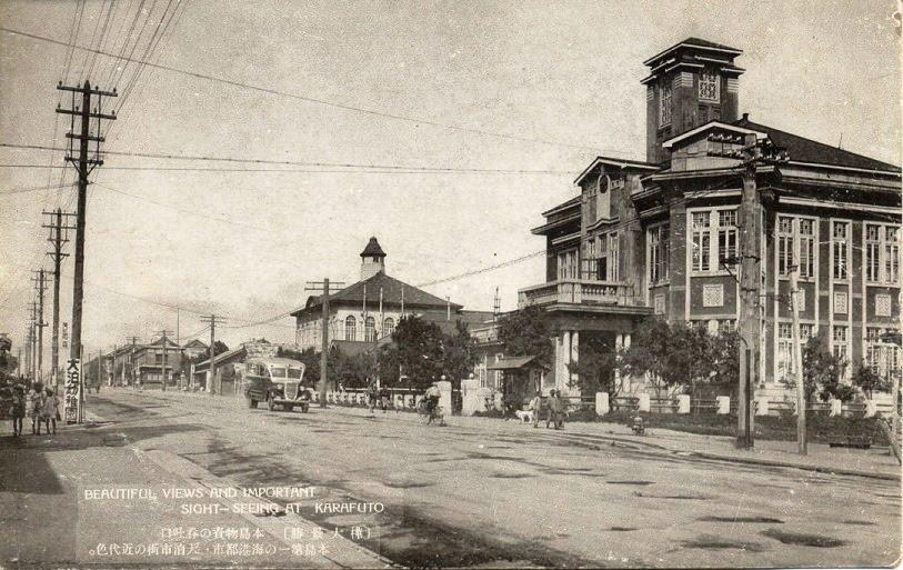 Главная улица Отомари. Справа полицейский участок, вдали мэрия.