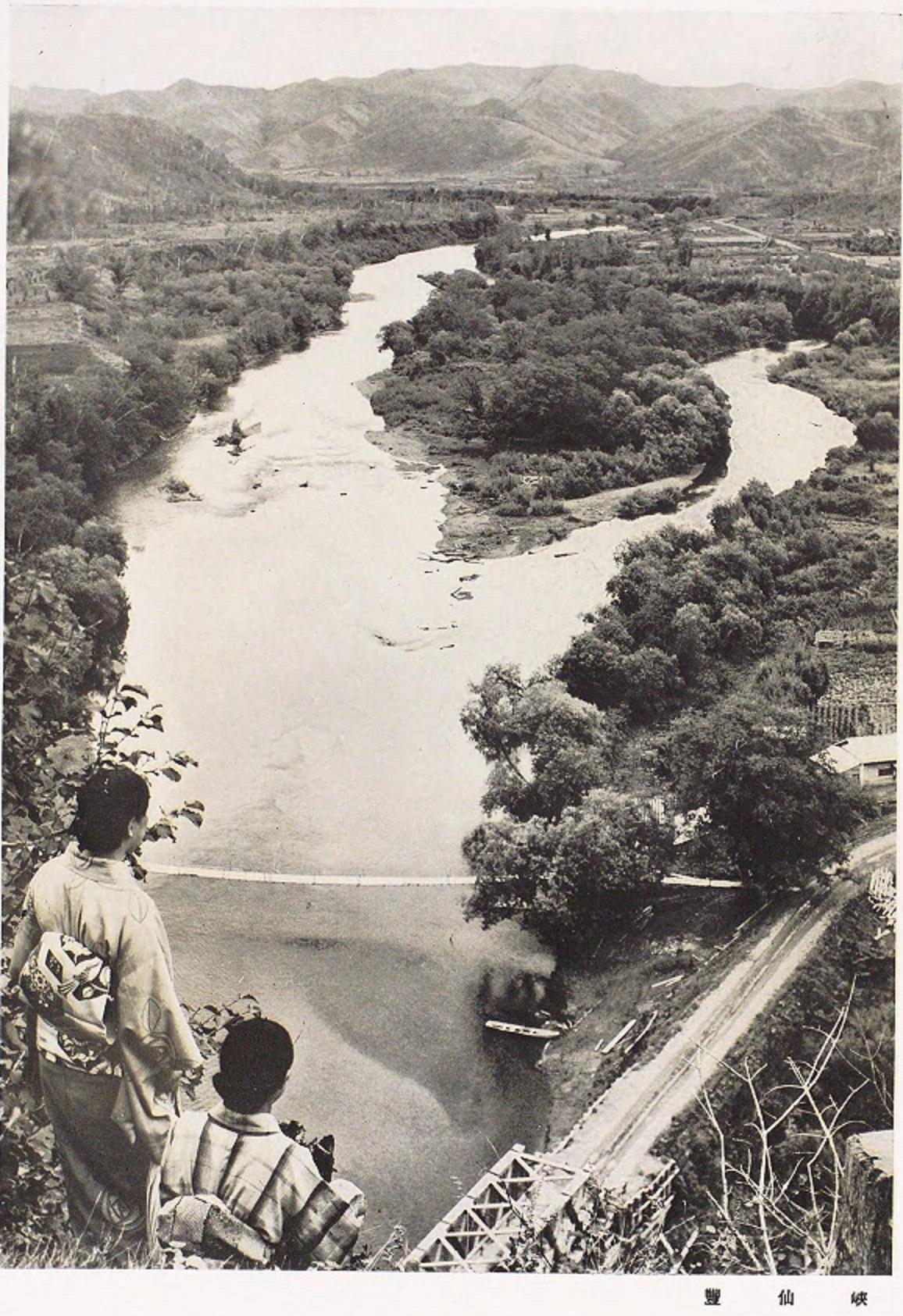 Вид со скалы на реку и мосты. Близ поселка Отоё