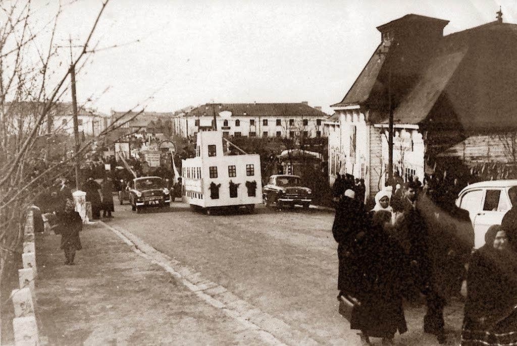 Первомайская демонстрация на ул. Советской, справа здание почты г. Корсаков