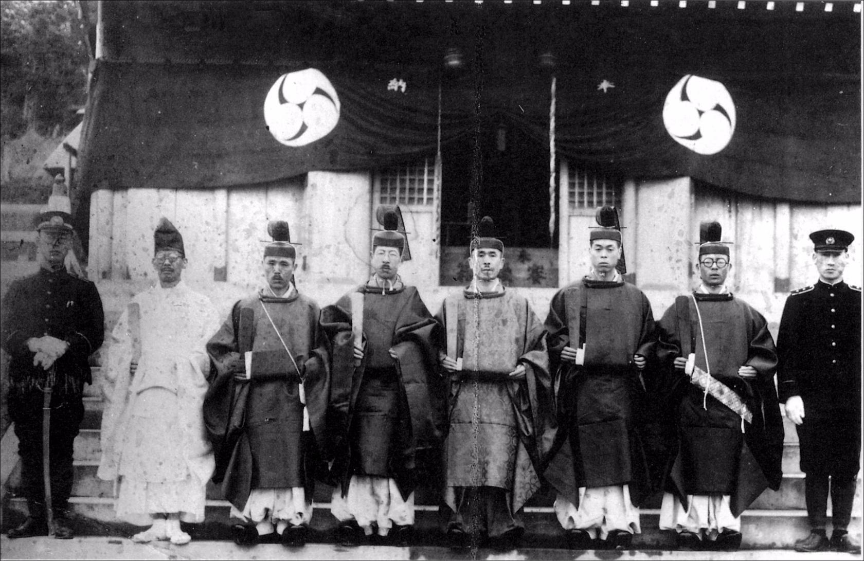 У входа в храм Эсутору дзинзя в г. Эсутору