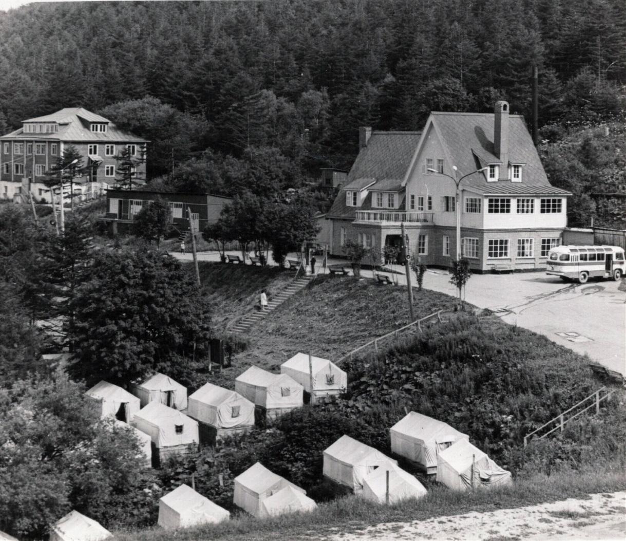 Палаточный городок, гостиница и административный корпус на турбазе Горный Воздух