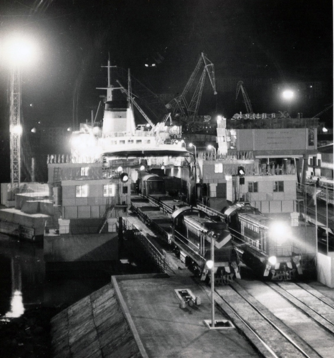 Вечерняя разгрузка парома в порту Холмска.
