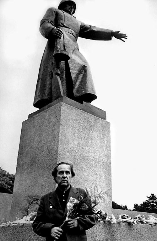 Скульптор А.А.Тюренков на открытии в городе Южно-Сахалинске памятника павшим. 3 сентября