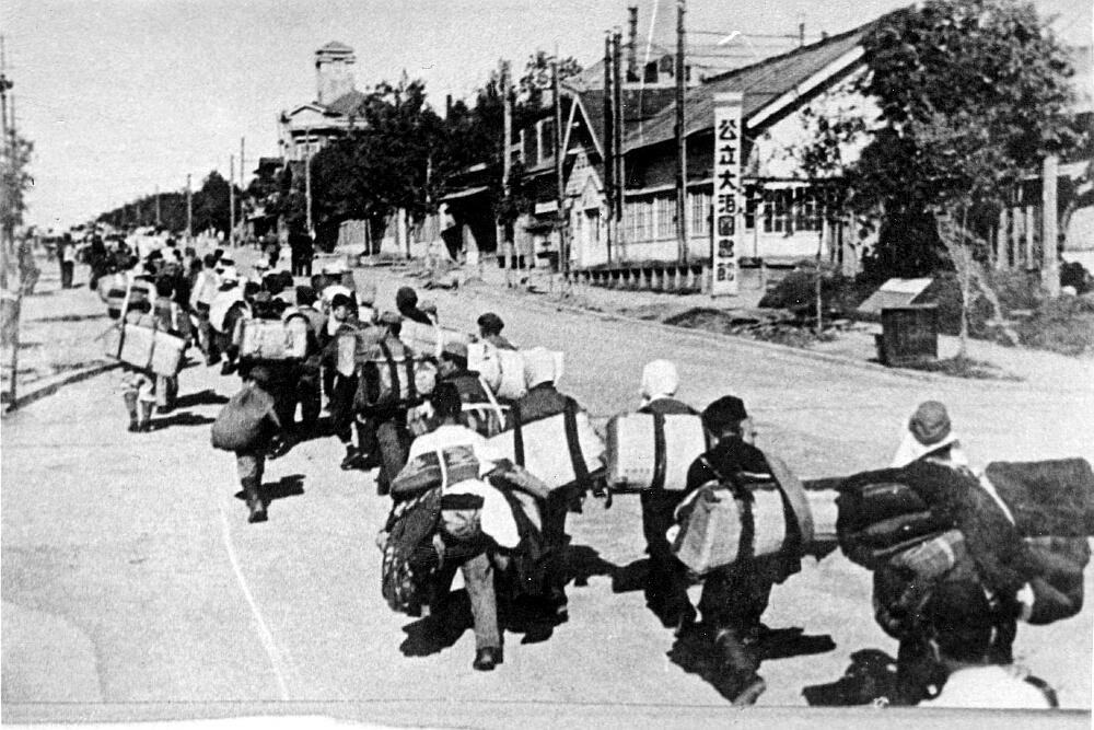 Возвращение мирного населения в город Одомари. Август.