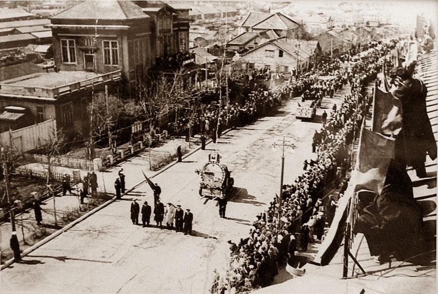 Праздничная демонстрация 1 мая в Корсакове. Фото сделано с крыши дома №27 по ул. Советской.