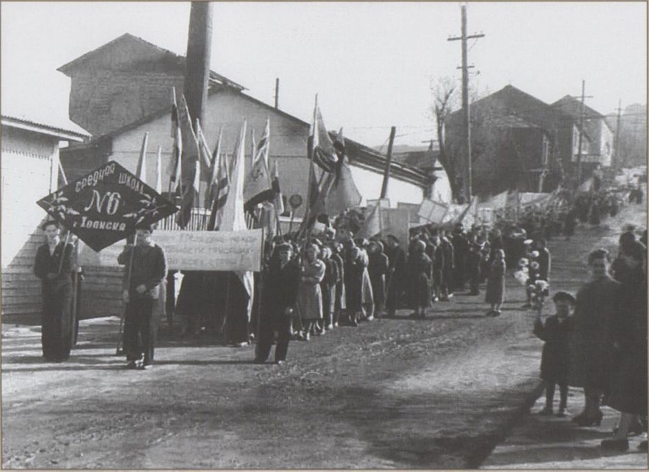 Первомайская демонстрация на улице Школьной, ближе к переезду на улице Морской