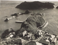 Посёлок Кита-Котан на острове Кайба и скалы в море Окино-шима