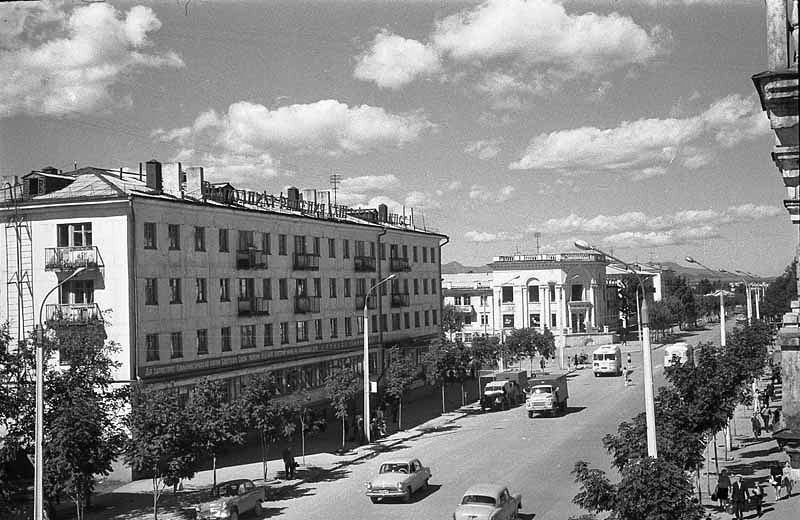 Улица Ленина Вдали перекресток с улицей Сахалинской. Виднеется здание Современника.