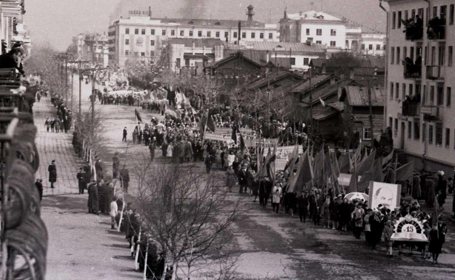 Первомайское шествие по улице Ленина. Нет еще здания Дома быта.