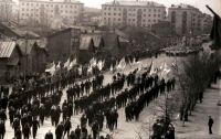 Первомайская демонстрация по улице Ленина. Вдали виднеются жилые дома по улице Южной (ныне пр-т Победы)