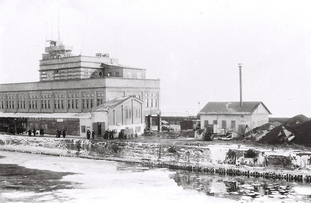 Морской пассажирский вокзал порта Корсаков. Зима, снимок сделан с борта пассажирского парохода Азия.