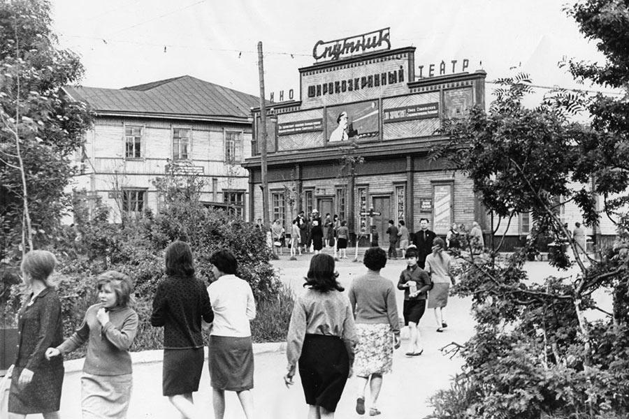 Кинотеатр Спутник по улице Дзержинского в г. Александровск-Сахалинске