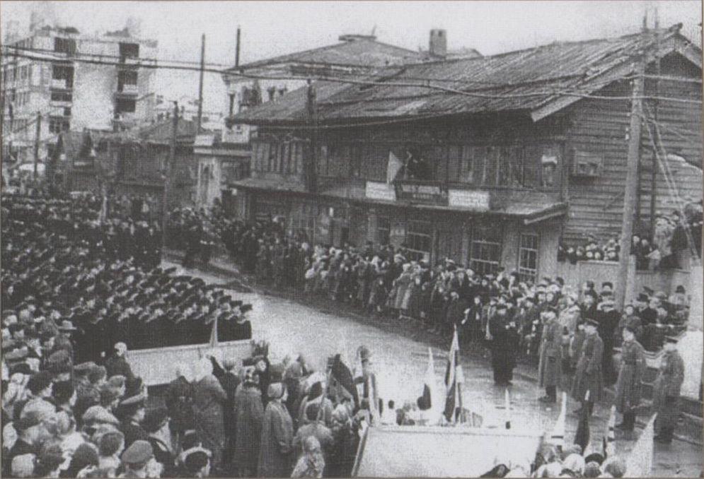 Первомайская демонстрация трудящихся г. Холмска (ул. Советская, район магазина Новый мир)