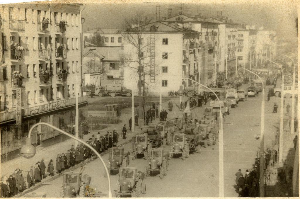 Парад с/х техники по улице Ленина на Первомай