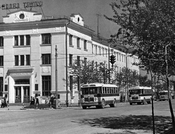 В мае 1952 г., на улицах Южно-Сахалинска появились новые комфортабельные цельнометаллические автобусы марки «ЗИС–155» и «ГАЗ–651». Главпочтамт Южно-Сахалинска.