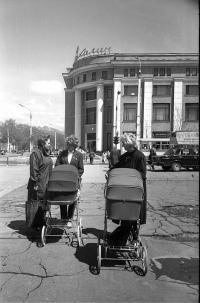Молодые мамы на перекрестке улиц Ленина и Сахалинской, напротив Универмага Сахалин.