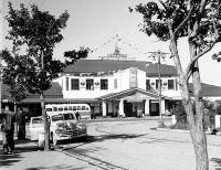 В мае 1952 г., на улицах Южно-Сахалинска появились новые комфортабельные цельнометаллические автобусы марки «ЗИС – 155» и «ГАЗ – 651». Городская автоконтора имела 16 легковых такси «Победа». На снимке: стоянка такси на привокзальной площади Южно-Сахалинска. На заднем плане – старое здание железнодорожного вокзала.