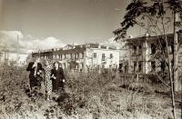 В Комсомольском сквере, через дорогу жилые дома по улице Гвардейской