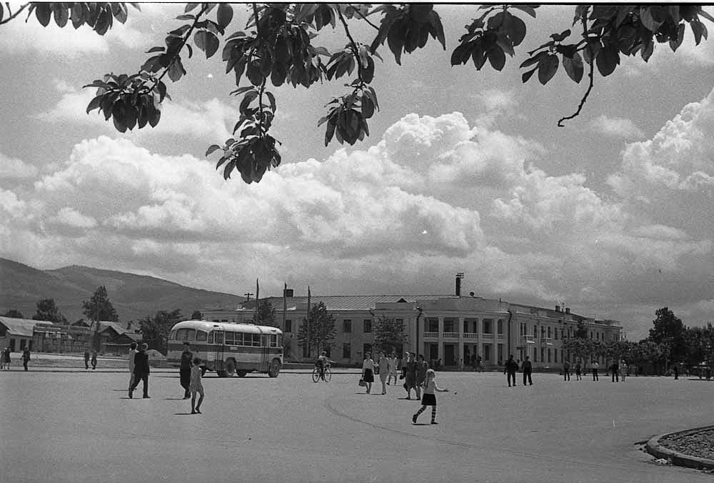 Площадь Ленина и гостиница Дальневосточник в г. Южно-Сахалинске