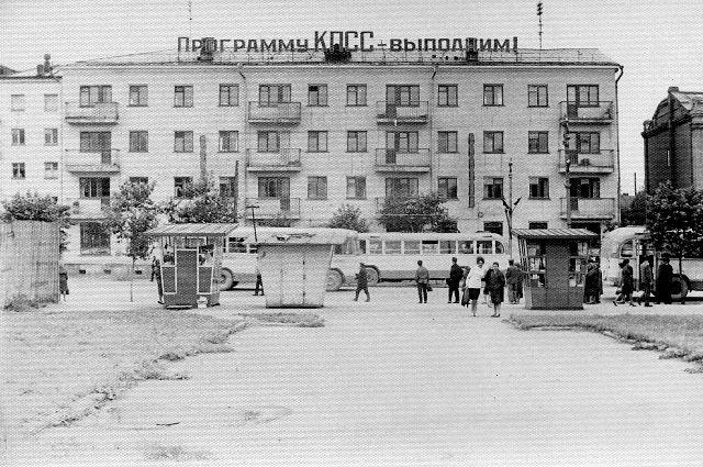 Театральная площадь на улице Ленина и жилой дом №196