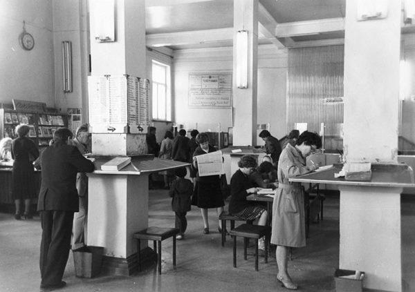 Дом связи. В операционном зале почтамта. г. Южно-Сахалинск.