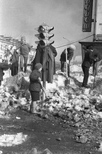 Общегородской субботник. Расчистка снега после снегопада рядом с книжным магазином